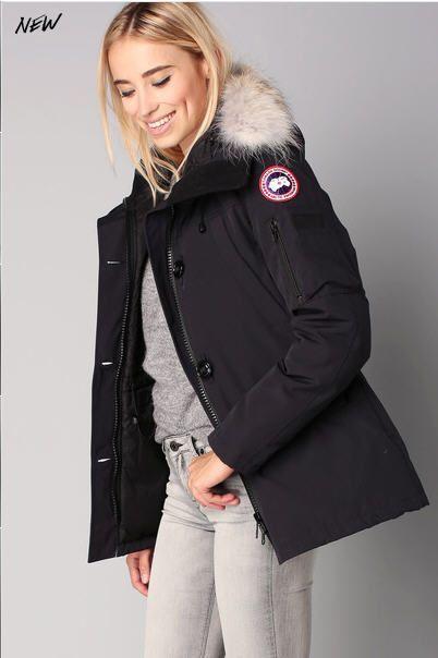 f5f5b011f0df Parka navy capuche vraie fourrure Montebello Canada Goose pour femme prix  Parka Monshowroom 750.00 €