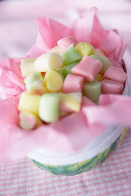 Nu är det snart påsk och dags att frossa i godis - vilket man kan göra med gott samvete om man gör eget godis!   . SMÖRKARAMELLER ca 50…