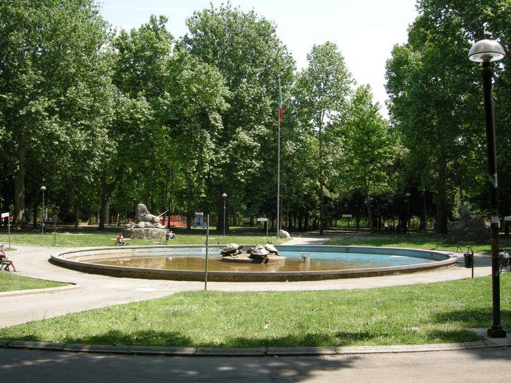 La vasca circolare costruita in occasione dell'Esposizione Emiliana del 1888 contenente delle sculture di animali ad opera di Diego Sarti.  Parco della Montagnola Bologna