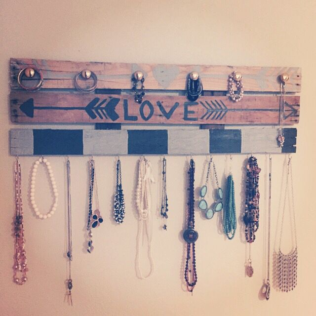 Wood pallet jewelry holder