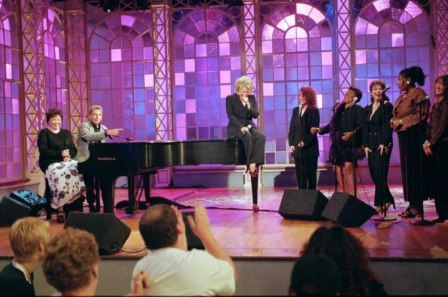 barry manilow 2000 | Bette Midler, center, laughs during an unexpected reunion with Barry ...