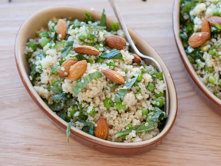 Sapori delicati, adatti a ogni stagione, nella quinoa ai piselli con basilico e mandorle.