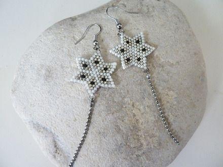boucles tissées en forme d'étoile. Un style bohème chic unique. Des perles Miyuki japonaises argentées, écru et noir mat pour une harmonie de couleurs facile à porter. - 17833513