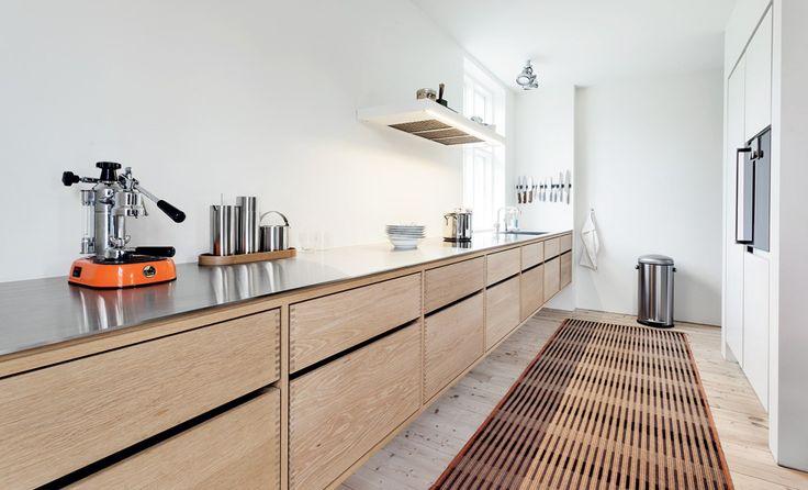 Garde Hvalsøe stellt maßgeschneiderte Holzküchen und andere Lösungen aus Holz von höchster Qualität her, u.a. auch eine Küche aus massiven Dinesen Dielen.