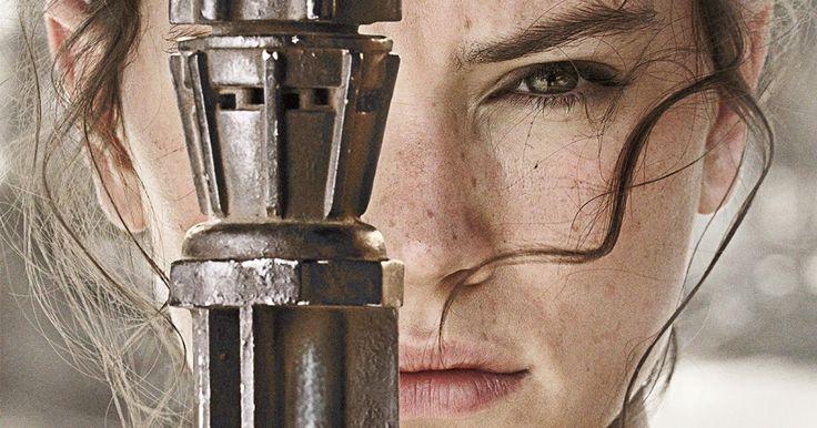 Rey es la primera protagonista de Star Wars. Y no es presentada como una damisela angustiada, es una luchadora, una superviviente, decidida, resolutiva, inteligente, en definitiva lo que conocemos como una mujer empoderada.