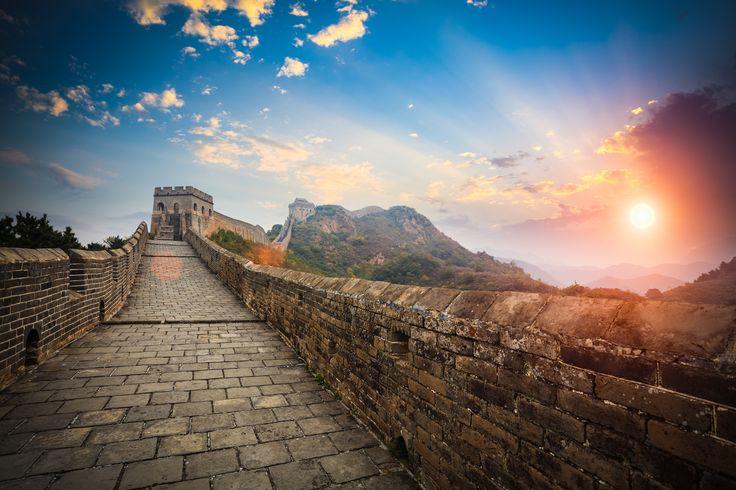 La Gran Muralla China (China) Es una antigua fortificación china construida y reconstruida entre el siglo V a.C y el XVI d.C para proteger la frontera norte del imperio chino de los ataques de los nómadas xiongnu de Mongolia y Manchuria. Con sus casi 9 mil kilómetros de longitud, discurre desde la frontera con corea hasta el desierto del Gobi. Tiene fama de ser el mayor cementerio del mundo ya que cerca de 10 millones de trabajadores murieron durante su construcción. Es Patrimonio de la…