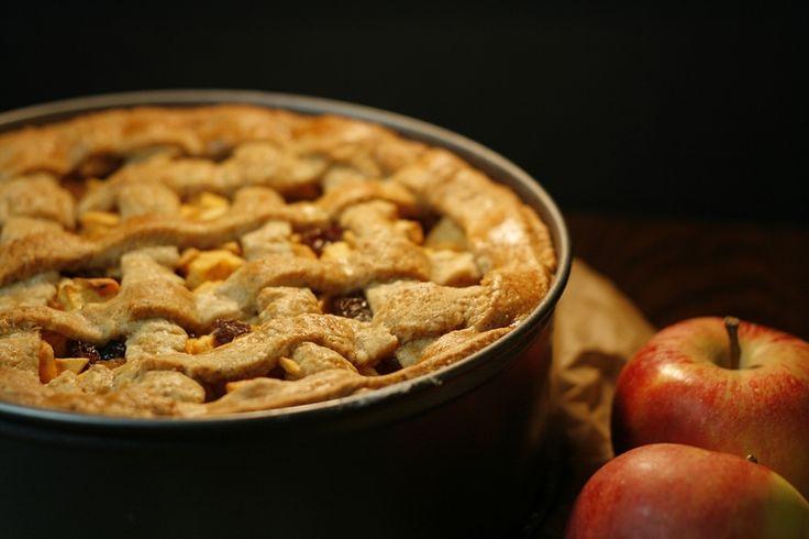 Een heerlijke ouderwetse appeltaart, van een moderne grootmoeder. Deze taart bevat namelijk geen ei, zoals in het originele recept. Dit recept is voor een taart van ongeveer 24 centimeter doorsnede, dus pas eventueel de hoeveelheden aan als je een grotere taart maakt.