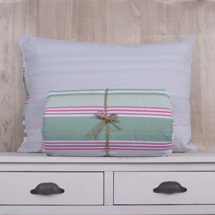 Quilt de 200 hilos, diseño Flores y rayas rosa gris. Contiene un edredón y sus fundas de almohadas correspondientes. Colección Indira.