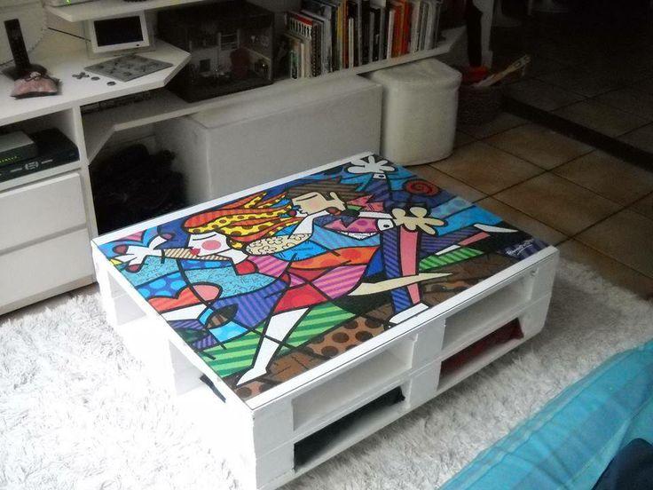 Mesa de centro, feita de pallets com um quebra cabeças no tampo de vidro.
