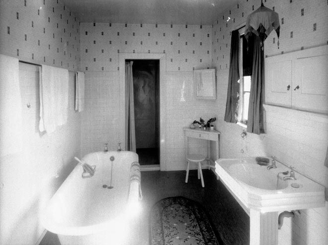 1920's home decor | 1920s bathroom – Home décor and furnishings – Te Ara ... (I love the sink)