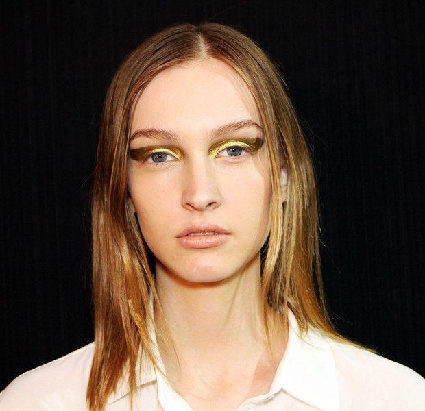 M.A.C - o dourado Pigment Gold e o prateado Emerald Dusk - que, misturados ao Fix +, formavam uma espécie de sombra cremosa com ótima fixação e visualmente impactante. Bem apropriado para a inspiração proposta, o look partiu da imaginação da maquiadora de um fictício Studio 54 localizado em Paris.