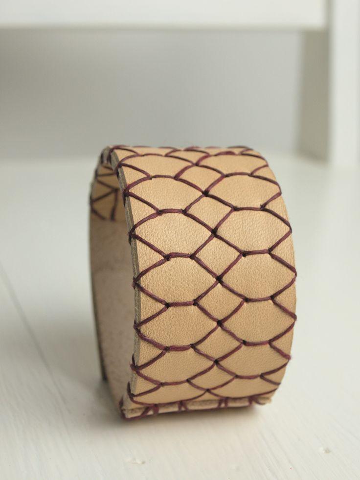 Sam 3.6 är ett armband som passar lika bra på en manlig handled som en kvinnlig. | Sam 3.6 is a bracelet that looks just as good on a male's wrist as on a female's.