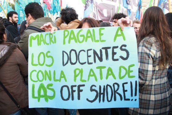 Multitudinarias columnasde estudiantes y docentes marcharon en Buenos Aires en contra de las políticas educativas de Mauricio Macri, reclamando mejoras salariales, mayor presupuesto y en defensa de la educación pública. La gigantesca marcha culminó en Plaza de Mayo con casi nula cobertura mediá