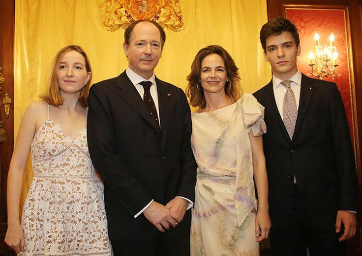 La preciosa familia de Konstantin, Príncipe de Vidin, y su esposa, María García de la Rasilla, que también posaron con sus hijos, Umberto y Sofía de Sajona-Coburgo-Gotha y García de la Rasilla