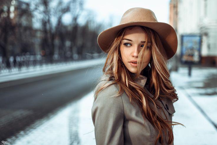 Itt a tél és vele együtt a hideg, zord időjárás, ami nemcsak a közérzetünket viseli meg, de a hajunk is számos veszélynek van kitéve általa. A hidegnek, a szélnek, otthonunk vagy munkahelyünk meleg, száraz levegőjének hatására hajunk könnyen szárazzá és fénytelenné válik. Télen gyorsabban is zsírosodnak tincseink, mivel a hajhagymák fokozott faggyútermeléssel próbálják védeni magukat a hideg ellen és egyeseknél a sapkák, kalapok időszakával egyszerre jelenik meg a korpa is, amivel aztán…