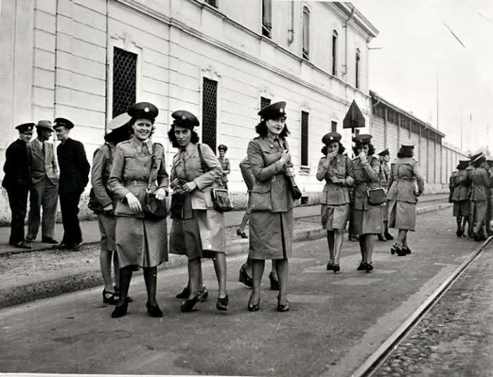Milano 1941 Bigliettaie ATM all'esterno del deposito di Via Messina verso Via Cenisi #TuscanyAgriturismoGiratola