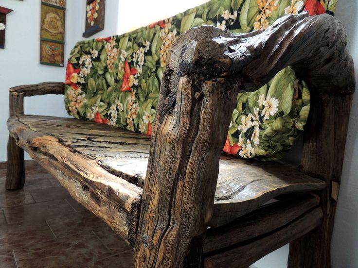Banco de madeira feito à mão de recuperada da Serra da Mantiqueira