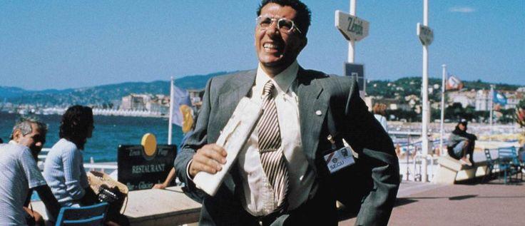 La cité de la peur de Alain Berberian avec Chantal Lauby, Alain Chabat, Dominique Farrugia... Lors du festival de Cannes, en 1993, Odile Deray, attachée de presse, a bien du mal à faire parler de Red is dead, un film d'horreur au budget ridicule. Mais un tueur, qui se cache parmi les journalistes, va supprimer des projectionnistes sur le même mode opératoire auquel l'assassin de la fiction a recours. Profitant de cette incroyable publicité, Odile envoie Simon, principal acteur du film...
