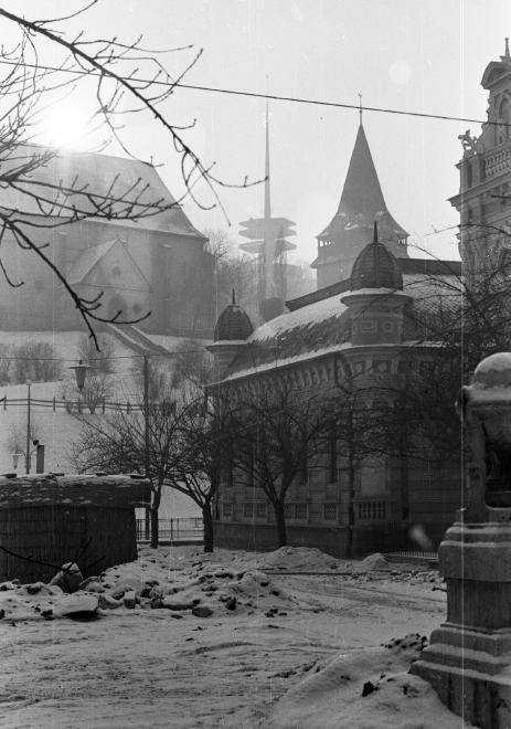 Erzsébet tér, Városi uszoda, háttérben az avasi református templom és az avasi kilátó.