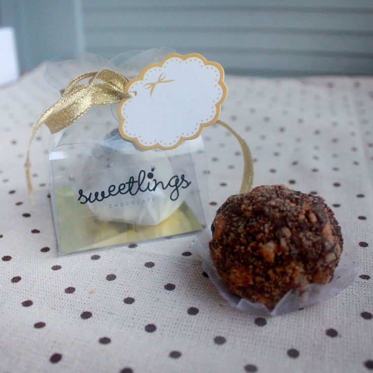 Singles Chocolate Truffles for only Php 40. You may choose from the following flavors: Classic Chocolate, Dark Chocolate, White Chocolate, Peanut Butter, Cookies & Cream, Red Velvet, Matcha, and Salted Smores. Sweetlings Chocolate Truffles operates in Manila, Philippines.