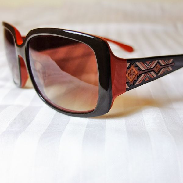Famous Sun Glasses Brand - Memore Eyewear Original HongKong designer design items Over 30 different stylish deigns available now, come with different colors too. Come with FREE Stylish Sun Glasses Case Material: Plastic Frame Color: 4 colors HKD 395/pair