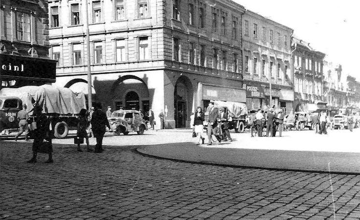 "Karlovo namesti 9.5.1945 Aneb..proc se rika potravinam na namesti ""U Meinlu""..drive i v Koline byl.. Julius Meinl  Sb.VS"