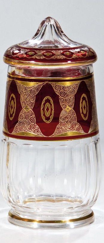 Deckelvase Hermann Eiselt, Glasraffinerie Steinschönau, um 1925 Farbloses Glas mit Schliff, Rotbeize, Nadelätzung und Poliergold. Umlaufend siebenfach wiederholter Ornamentdekor. H. 19,5 cm
