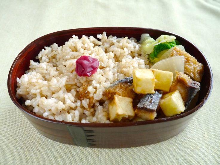 玄米ご飯240g(梅干)、塩鯖とじゃが芋のかき揚げ、大根と揚げ煮物、白菜おひたし