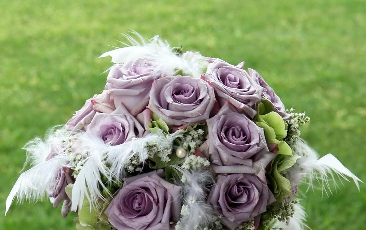 bouquet con rose avalanche e piume