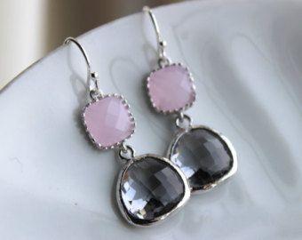 Impresionante! Precioso! ¡ Elegante! Lágrimas de color rosa suaves con las joyas círculo gris carbón plata son simplemente impresionantes y encantadoras!  Las lágrimas son 13 x 17 mm. Los pendientes colgantes de 1.25-1.5.  *^*^*^*^*^*^*^*^*^*^*^*^*^*^*^*^*^*^*^*^*^*^*^*^*^*^*^*^*^*^*^*^*^*^*^*^* Gracias por visitar nuestra tienda! También tomamos órdenes de encargo y puede a menudo hacer una pieza similar en diferentes colores si así lo solicita. Nosotros también descuentos a granel…