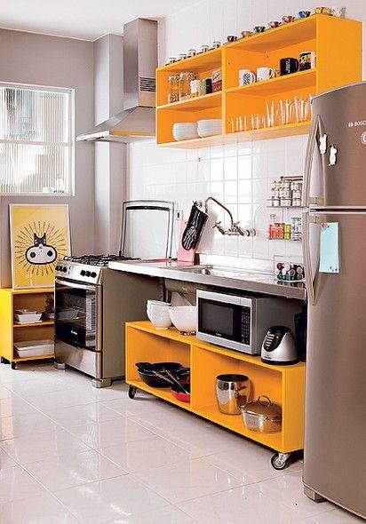 O publicitário Marcio Mota transformou os armários velhos da cozinha em módulos sem portas e laqueados de amarelo. Boa ideia para imóveis al...: