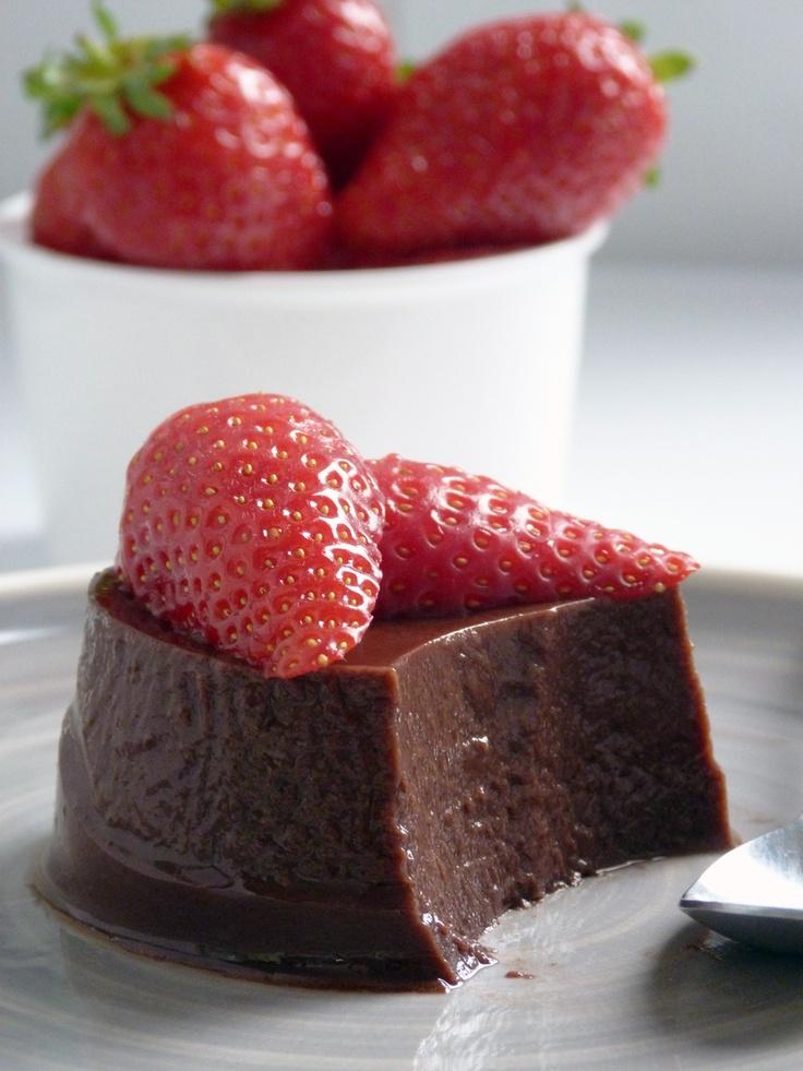 Budino Vegano al Cioccolato Mettere in  un pentolino 500ml di latte di mandorle, 2 cucchiai di cacao amaro, 2 cucchiai di sciroppo d'agave, 3 cucchiai di zucchero, 1/2 cucchiaino di vaniglia in polvere e 1 cucchiaino di agar agar e portare ad ebollizione, far bollire per due-tre minuti mescolando. Versare il liquido in quattro coppette, e lasciare raffreddare a temperatura ambiente. Mettere poi le coppette in frigo per almeno 3-4 ore. Guarnire con le fragole al naturale.