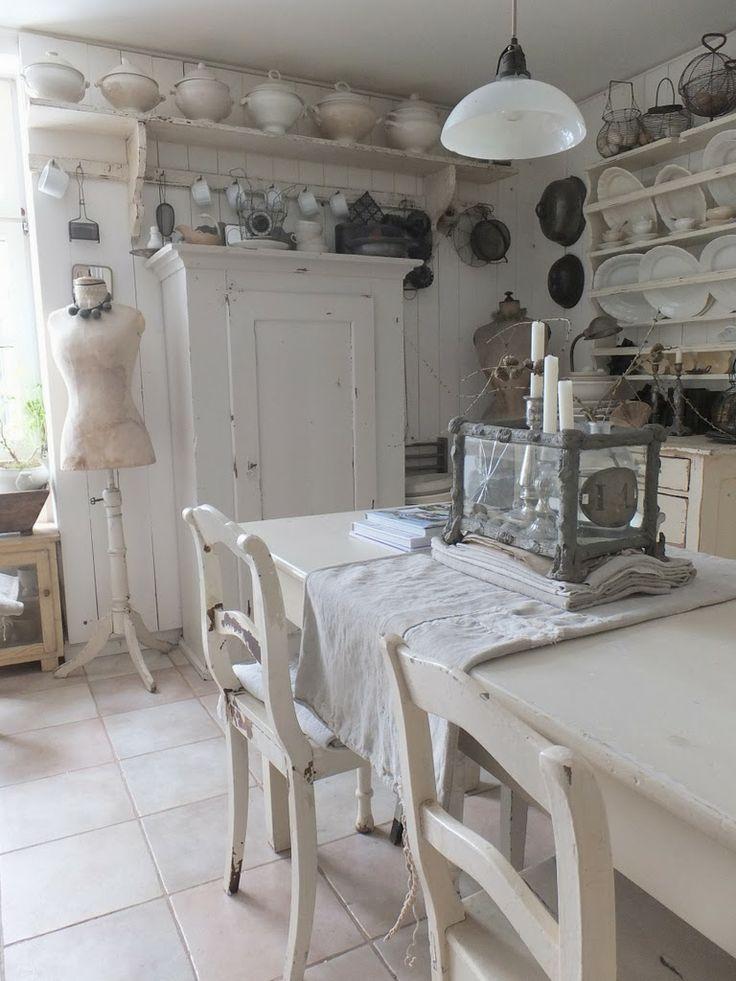 Kücheneinrichtung im shabbychic alte weisse möbel shabbychic antike schneiderpuppen