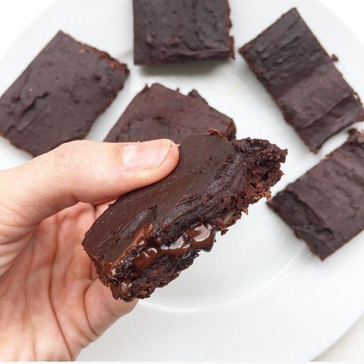 Rezept für High Protein Brownies | 1 Dose Kidney Bohnen 60 g Magerquark 2 Scoops Schokoproteinpulver 30 g Backkakao 20 g dunkle Schokolade (70%) 1 TL Backpulver Optional FlavDrops/Süßstoff •••• ••• 150 ° C - 12 Minuten bei 150 °C. ••• 809 kcal | 83 g Eiweiß | 52 g KH | 24 g Fett