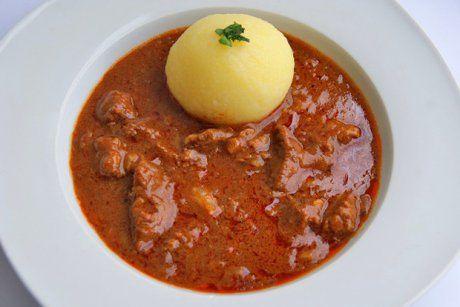Ein Kalbsgulasch benötigt ein wenig Zeit und wird traditionell mit Semmeln und Essiggurken gereicht.