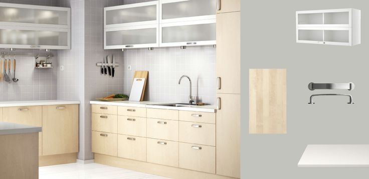 FAKTUM keuken met NEXUS deuren/lades in berken fineer en witte VÄRDE vitrinekast - zie bovenkasten
