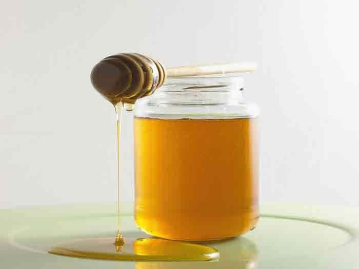 O clareamento com mel é eficiente, e muito prático. Aprenda como fazer! Receita de como clarear os cabelos com mel Ingredientes: Mel puro.Para saber se o mel é puro, basta colocá-lo numa colher e levá-la à chama do lume. Se o mel ferver e ficar escuro, contem mistura de açúcar …