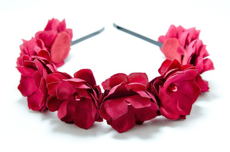 Čelenka červenka Originální čelenka s ručně vyrobeným saténovými červenými kvítky Doplněný perličkami a korálky. Velikost květu: š.4cm x 8ks Kovová čelenka černébarvy ,šíře 0,5cm. Na přání je možná čelenka ve stříbrné barvě nebo plastová.Stačí napsat do zprávy. Květiny jsou více na straně čelenky (nad uchem) Pro pohodlnější nošení je květ ...