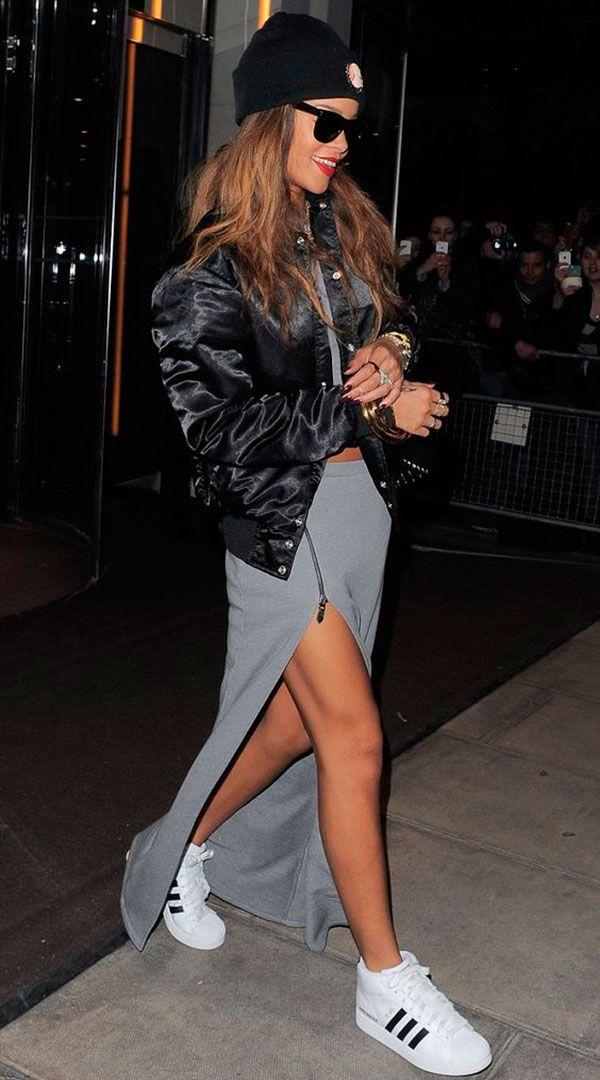 Rihanna usa jaqueta bomber preta com saia de fenda cinza