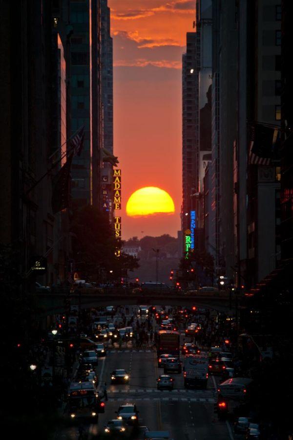 Manhattanhenge's sunset show wows New Yorkers