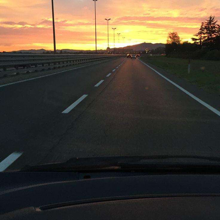 Andando a lavoro... #buongiorno #andandoalavoro #goodmorning #morning  #rossodimattina #cielo #sky #landscape #goingtowork #picoftheday #photooftheday #like4like #followme #follow4follow #september #endsummer #travel #photo #instagram #igers #nofilter #bellezzaprecaria