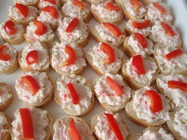 Krabí tyčinky rozbalíme a ještě zmrzlé krájíme na kostičky. Přidáme prolisovaný česnek, sůl, pepř, pomazánkové...