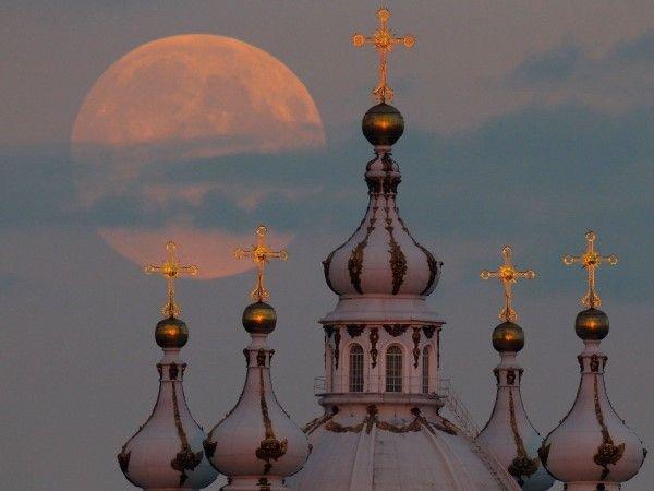 Super lua brilhou no céu no último dia 08 de setembro. Vista perto da Catedral de  são Petersburgo - Russia