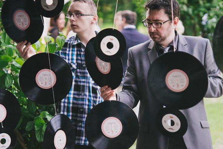 Mariage de N&S - plan de table sur vinyles - thème rétro-vintage. Crédit photo : Cédric Duhez