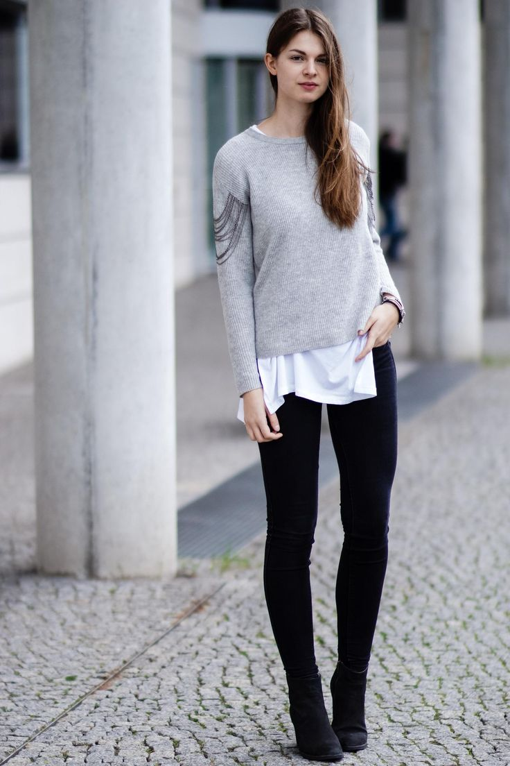 #modeblog #fashionblog #whaelse #inspiration #outfit #fashion #streetstyle #howtowear #chainsweater #metalchaindetail #blackjeans #blackboots #layering