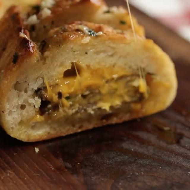 Baguette rellena de queso y hamburguesas