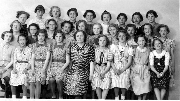 Jenteklasse på Tromsø Folkeskole, nå Gyllenborg, med farmor til høyre av de to tvillingene på første rad. Navnene på alle de andre har jeg også:-)