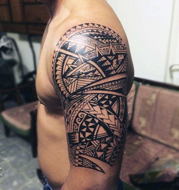tatuajes hombro, tatuaje maori, hombre con musculos marcados tatuado ...