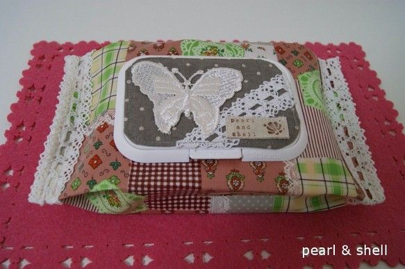 【作品の特徴】赤ちゃんのおしりふきや口拭き、除菌ウェットなどのケースです。可愛いラミネート素材の布を使用しました。蓋には話題のビタットを付けてあるのですぐに使...|ハンドメイド、手作り、手仕事品の通販・販売・購入ならCreema。