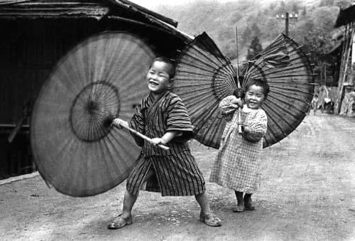 傘で遊ぶ兄妹